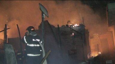 Incêndio em favela deixa 400 desabrigados na Zona Norte de São Paulo - O fogo destruiu pelo menos 70 barracos. Não teve vítimas. As causas do incêndio ainda são desconhecidas.