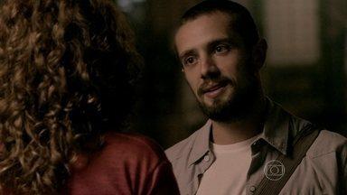 Vicente provoca Cristina e conta que fez jantar especial para Clara - Ex vê chef com designer de joias e fica abalada