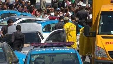 Polícia do Rio reforça o patrulhamento na Mangueira - Carros da polícia militar estão patrulhando a entrada da Mangueira Na última quinta (30), cinco corpos foram encontrados pela polícia dentro de um carro em Benfica. Uma perícia foi feita no local e testemunhas estão sendo ouvidas.