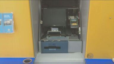 Criminosos danificam caixas eletrônicos, mas não levam o dinheiro em Piracicaba, SP - Caixas eletrônicos de duas agências do Banco do Brasil, em Piracicaba (SP), foram danificados na madrugada desta sexta-feira (31). Segundo a Polícia Militar, em um dos casos, na Avenida Independência, que fica na região central da cidade, os suspeitos arrombaram o equipamento e roubaram a parte superior. Eles não levaram dinheiro.
