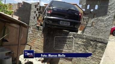 Motorista quase cai com o carro dentro de quintal - O acidente foi em Telêmaco Borba, nos Campos Gerais.