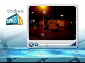 Chuva forte causa alagamentos, falta de luz e acidente em Patos de Minas - Na BR-365, caminhonete rodou na pista molhada e bateu em uma carreta. Motorista teve fratura exposta e outros dois ocupantes ferimentos leves.
