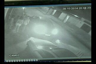 Polícia investiga quadrilha especializada em roubos de carros - Câmeras de segurança flagraram a ação dos bandidos durante um assalto na Cidade Nova.