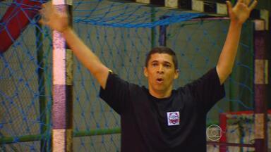 Monge André é goleiro, e dos bons, de time master do handebol pernambucano - Padre beneditino divide o tempo entre as orações e os treinos da equipe que defende