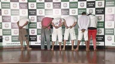Polícia prende cinco pessoas suspeitas de cometer mais de mil golpes no DF - A polícia prendeu cinco pessoas suspeitas de cometer mais de mil golpes no DF. Elas são acusadas de estelionato, associação criminosa e falsificação de documentos.