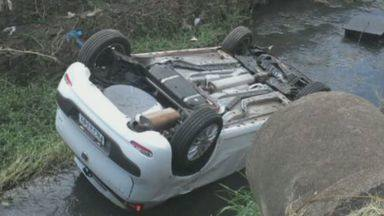 Após acidente, carro vai parar em córrego em Jaboticabal, SP - Veículo caiu no córrego Cerradinho, no cruzamento da Avenida Carlos Berchieri com a Rua Mimi Alemanha.