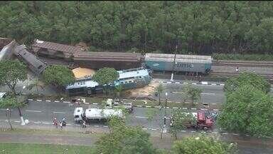 Trens colidem em Cubatão e acidente causa trânsito intenso - Ninguém ficou ferido após o acidente. Vagões devem ser removidos neste sábado.