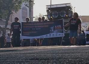 Caminhada alerta sobre direito das crianças e dos adolescentes, em Caruaru - Movimento contou com ONGs do município que combatem os maus tratos e a violência.