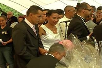 Grupo de voluntários de Poá realiza casamentos comunitários há seis anos - Nesta sexta-feira, 50 casais participaram do casamento para oficializar a união.