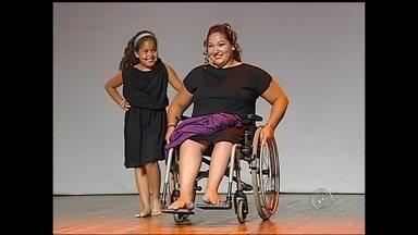 Cadeirantes mostram moda adaptada em desfile especial em Bauru - O Teatro Municipal de Bauru (SP) recebeu um desfile de moda especial na noite de sexta-feira (31). Modelos cadeirantes apresentaram a moda feminina inclusiva da premiada designer Drika Valério no evento que faz parte da Mostra Artes Sem Barreiras.