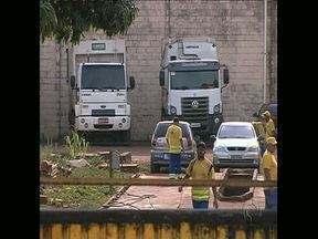 Coletores de lixo de Londrina paralisam atividades - Funcionários da empresa contratada reclamam do excesso da jornada diária, que chega a 12 horas, e exigem melhores condições de trabalho