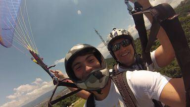 Jogador da Briosa sub-20 ataca no paraglider - Felipe Mendes, além de atuar na equipe sub-20 da Portuguesa Santista, tem como hobby passear de paraglider.