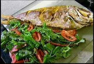 Aprenda a fazer um prato que pode ser servido no almoço do final de semana - A dica é um peixe recheado com farofa de castanha de caju.