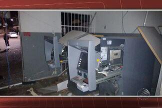 Bandidos explodem caixas eletrônicos em Araçás - Bandidos também furaram os pneus da viatura policial, para evitar perseguição, e atiraram contra a delegacia.