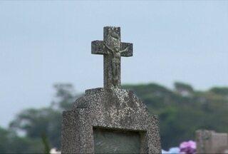 Na véspera do dia de Finados, parentes visitam cemitérios e fazem a limpeza dos túmulos, e - Às 9h da manhã de domingo (02), Dom José Negri vai celebrar a missa no cemitério do bairro Progresso.