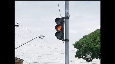 Problema em semáforos deixa trânsito complicado no Centro de Itapetininga - Uma falha técnica deixou dois cruzamentos importantes de Itapetininga (SP) com problemas na sinalização neste sábado (1º).