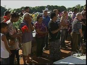 Dia de finados em Borborema é de comoção e homenagens às vítimas - No primeiro dia de finados depois do acidente que matou estudantes e professoras de Borborema, muita comoção e homenagens no cemitério onde as vítimas foram sepultadas.