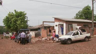 Assaltantes roubam carro e durante a fuga batem em uma casa em Foz - Um dos bandidos morreu na hora e os outros dois foram levados ao hospital.
