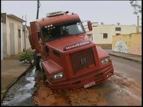 Caminhão afunda em buraco aberto por vazamento na rua em Marília - Um caminhão afundou no asfalto em um buraco aberto por um vazamento em uma rua da zona sul de Marília (SP). O incidente foi na manhã desta segunda-feira (3). O pneu ficou metade para dentro do buraco.