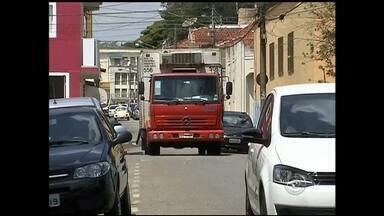 Moradores reclamam de desrespeito de caminhões em ruas do Centro de Itapetininga - Pedestres têm lugar exclusivo para andar. São as calçadas. Imagine estar a pé, andando por uma delas e ser surpreendido por um veículo. E não é de qualquer veículo que estamos falando. É de caminhão. Sabemos que em Itapetininga (SP) muitas ruas são estreitas, mas nem por isso o caminhoneiro pode passar pela calçada. Até porque o trânsito desse tipo de veículo é proibido em muitas vias.