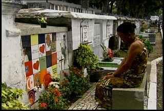Movimentação começou cedo nos cemitérios do Recife - No de Santo Amaro, o maior da capital, muita gente visitou o túmulo de Eduardo Campos