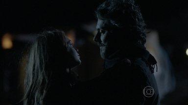 Isis reencontra Zé Alfredo - Apaixonados, eles se beijam