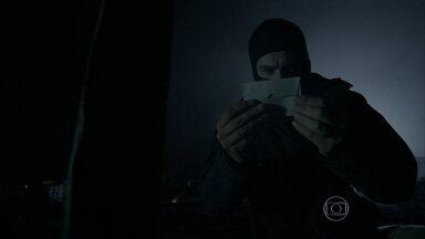 Maurílio deixa uma carta para Zé Alfredo no túmulo de Sebastião - Enquanto isso, Zé e Isis namoram