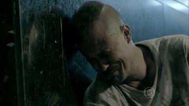 Salvador anda sozinho pelas ruas da cidade - Triste, ele diz que quer voltar para casa