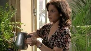 Cora se irrita quando Cristina afirma que não deixará de trabalhar no camelódromo - A tia debocha e menospreza o trabalho da sobrinha