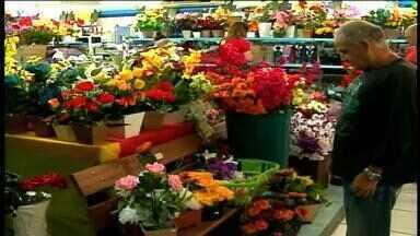 Sábado (1) tem grande movimento nas lojas de velas e flores em Erechim, RS - Antes do Dia de Finados (2), muitas pessoas buscam esses produtos para visitar os cemitérios.