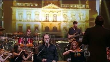 Alceu Valença abre o programa com uma linda perfomance - O cantor é acompanhado pela Orquestra Ouro Preto