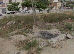 Moradores solicitam construção de praça no Bairro Petrópolis, em Caruaru - Área que deveria abrigar o espaço público acumula metralha e mato alto.