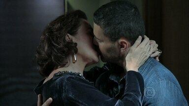 Maria Marta se encontra com Maurílio - Ela segue o plano que tem com José Alfredo e passa a noite com o amante. O Comendador fica em frente ao hotel que a esposa está