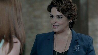 Cláudio e Beatriz elogiam Maria Ísis - Vicente acerta os últimos detalhes com o patrão. Ísis ajuda Antônio a fechar o restaurante