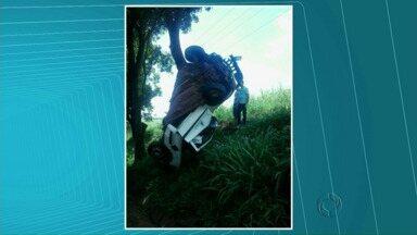 Carro fica contorcido em árvore na PR-498 perto de Floraí - O motorista morreu na hora. O acidente aconteceu na tarde desta segunda-feira (10).