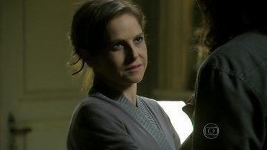 Cora avisa a Jairo que precisará dele - No quarto, Cristina fica pensativa. Cora pede que Jairo lhe chame de 'Dona Cora'