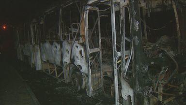 Ônibus de transporte público é incendiado em Limeira, SP - A suspeita é de que um grupo tenha tenatado atear fogo em outro veículo e que a ação tenha sido uma represália pela morte de adolescentes. Ninguém se feriu.