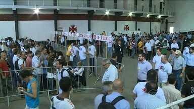 Além de segurança reforçada, eleitores vascaínos encontram longas filas em São Januário - Tr6es candidatos concorrem à presidência do clube. Resultado deve ser divulgada na manhã de terça.
