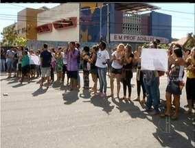 Alunos fazem manifestação em Cabo Frio, RJ, e fecham avenida - Alunos fazem manifestação em Cabo Frio, RJ, e fecham avenida.