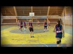Grupo de mulheres mantém amizade com vôlei - Naturais de Pirapozinho, elas se reúnem para jogar e até disputam campeonatos.