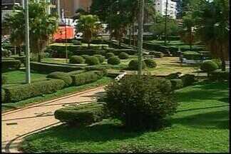 Praças apresentam situação de abandono em Araxá - Mato, sujeira e depredação caracterizam descuido dos espaços.Quem mora perto dos locais reivindica mudanças.