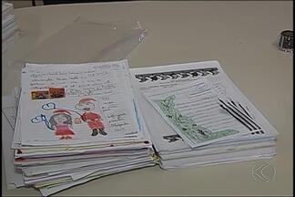 """Cartas escritas ao Papai Noel foram entregues aos Correios de Uberlândia - Campanha """"Papai Noel dos Correios"""" oferece oportunidade para outras empresas e pessoas físicas """"adotarem"""" pedidos e contribuírem para um Natal mais feliz para muitas crianças."""