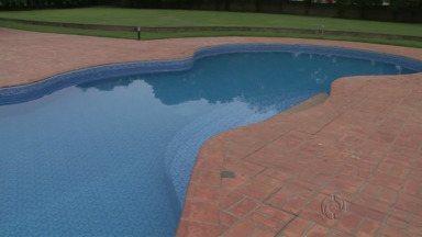 Menina de oito anos cai em piscina de hotel e morre afogada - O acidente aconteceu em Dois Vizinhos. Um hóspede de Guarapuava encontrou a criança que chegou a ser socorrida, mas não resistiu.