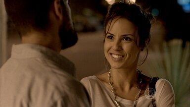 Maria Clara conta para Vicente sobre o novo cargo de Cristina na Império - O chef convida a moça para comemorar o novo restaurante