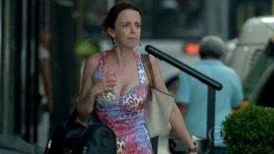 Lorraine anda na rua com a maleta cheia de dinheiro - Ela teme que Silviano descubra sobre o roubo do diamante
