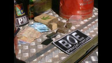Jovem é preso por tráfico de drogas em Santa Maria, RS - Na casa do jovem, de 18 anos, a polícia encontrou cinco pés de maconha.