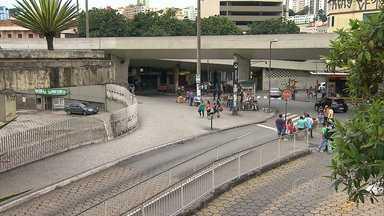 Homem esfaqueia três e agride um a paulada no Centro de Belo Horizonte - Confusão aconteceu na noite desta sexta-feira (14).
