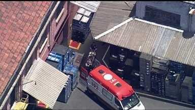 Equipes socorrem funcionário que sofre acidente em empresa na Zona Leste - O operário que estava no telhado caiu na parte interna da empresa, na Mooca. Ele recebeu o primeiro atendimento na ambulância no local.