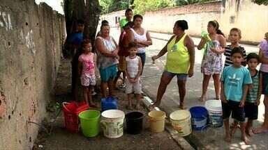 Moradores sofrem com falta de água há uma semana no bairro Jardim Petrópolis, em Maceió - Transtorno levou uma das escolas da região a suspender as aulas.