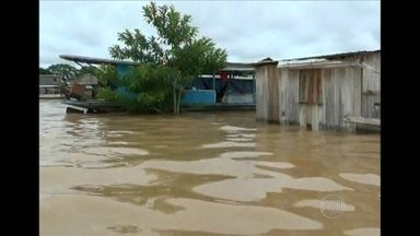 Região do Acre enfrenta problemas com a cheia fora de época - O principal rio do Acre sofre com a cheia fora de época. Desde domingo, a água não para de subir e centenas de famílias estão desabrigadas.